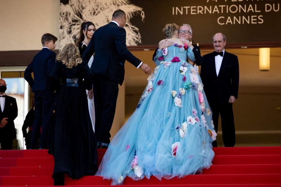 C'est ainsi en star et en amie que Sharon Stone a été accueillie par Thierry Frémaux et Pierre Lescure au Festival de Cannes ce 14 juillet 2021