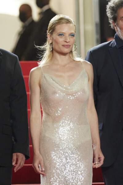 Sourire timide et robe époustouflante pour Mélanie Thierry ce 13 juillet sur le tapis rouge.