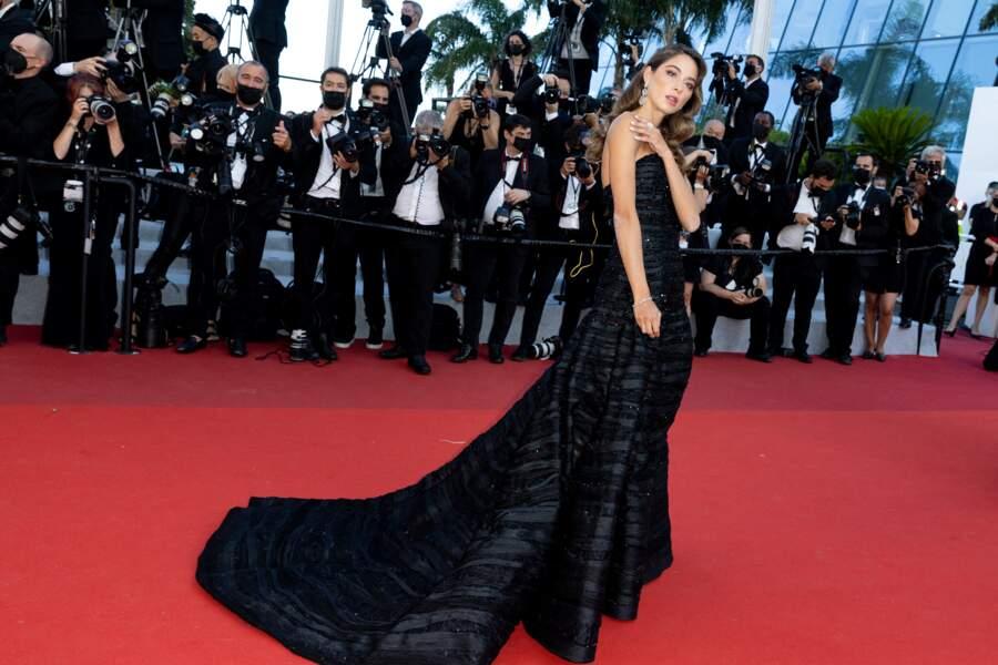 Le mannequin Elen Capri sur le tapis rouge du Festival de Cannes le 14 juillet 2021