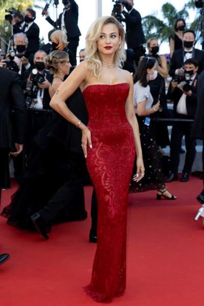 Le mannequin Rose Bertram sur le tapis rouge du Festival de Cannes le 14 juillet 2021