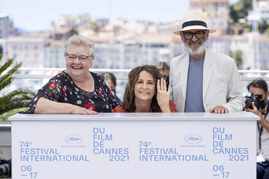 Valérie Lemercier s'amuse à se faire toute petite lors du photocall, aux côtés des grands acteurs qui ont participé à son dernier film.