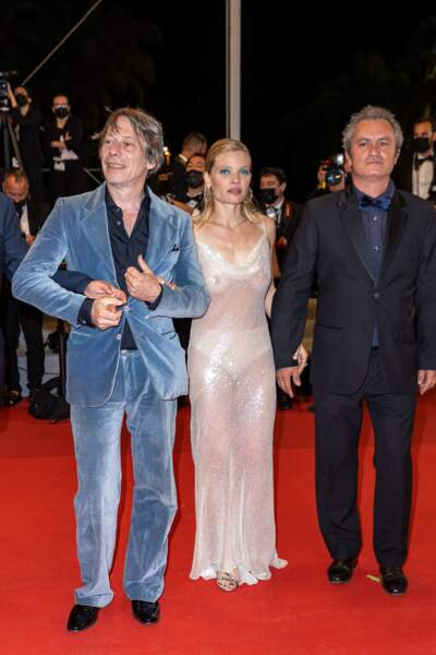 Mélanie Thierry aux côtés de Mathieu Amalric et Jean-Marie Larrieu pour la montée des marches du film « Tralala ».