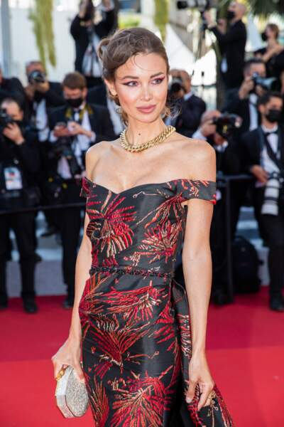 Le mannequin Lara Leito sur le tapis rouge du Festival de Cannes le 14 juillet 2021