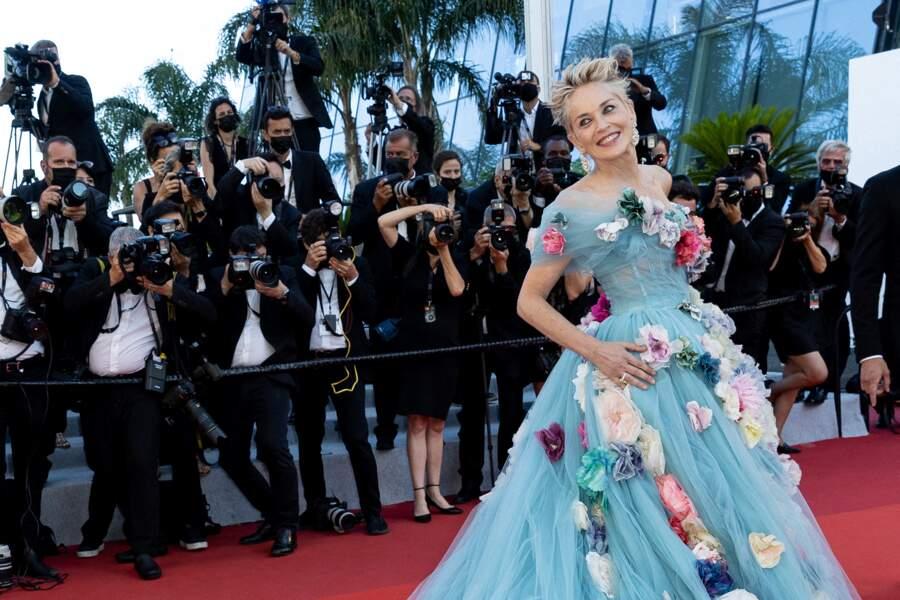 """Pour assister à la projection de """"L'histoire de ma femme"""" ce 14 juillet 2021 à Cannes, Sharon Stone avait choisi une robe de princesse griffée Dolce & Gabbana"""