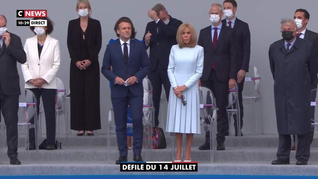 Brigitte Macron, masquée, a misé sur une robe bleu pastel très élégante, ce 14 juillet 2021.
