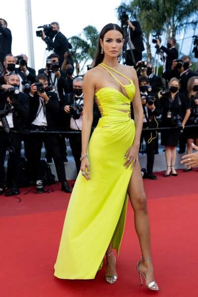Le mannequin Sofia Resing dans un fourreau Nicolas Jebran sur le tapis rouge du Festival de Cannes le 14 juillet 2021