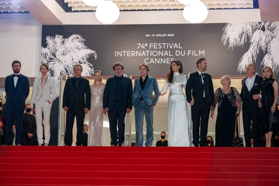Mélanie Thierry en haut des marches du Festival de Cannes très entourée.