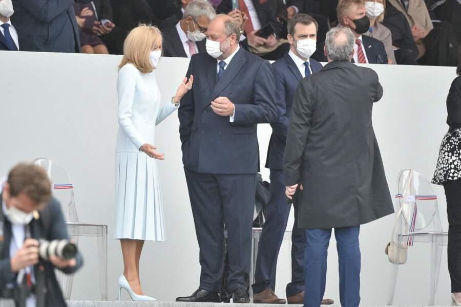 Une fois encore, Brigitte Macron a soigné son look, en misant sur une robe longue plissée, pour le défilé du 14 juillet 2021.