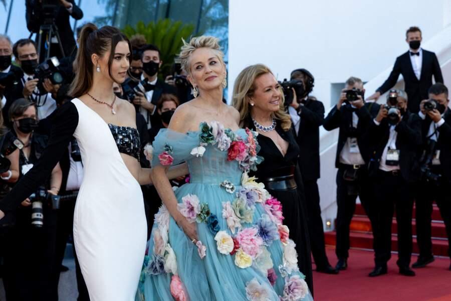 Après une arrivée de reine, Sharon Stone a pris la pose avec le mannequin Helena Gatsby en robe Tony Ward Couture et Caroline Scheufele de la maison Chopard ce 14 juillet 2021