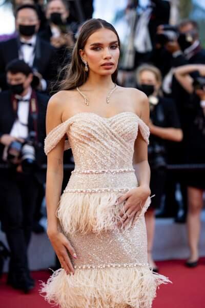 Le mannequin Hana Cross sur le tapis rouge du Festival de Cannes le 14 juillet 2021