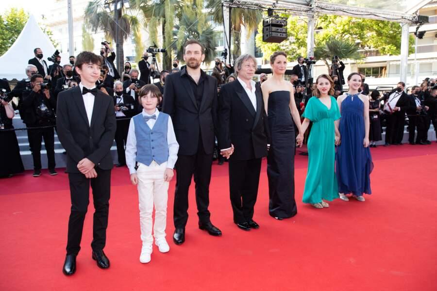 """Mathieu Amalric et le casting de son film """"Serre-moi fort"""" sur le tapis rouge du Festival de Cannes le 14 juillet 2021"""