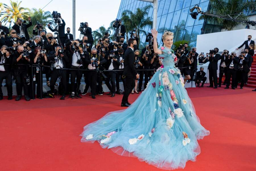 Habituée aux fourreaux de vamp, Sharon Stone était d'humeur plus romantique avec sa robe à traîne brodée de fleurs ce 14 juillet 2021