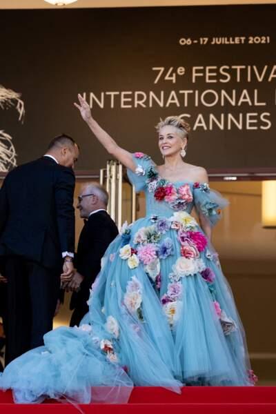 Sharon Stone en haut des marches du Palais des Festivals de Cannes le 14 juillet 2021