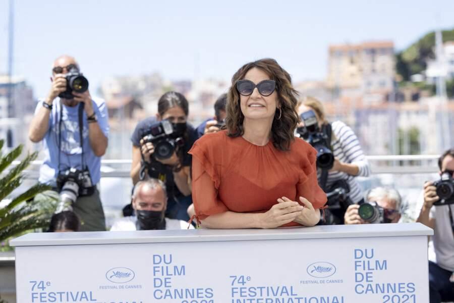 Avec ou sans lunettes de soleil, Valérie Lemercier sait faire le show.