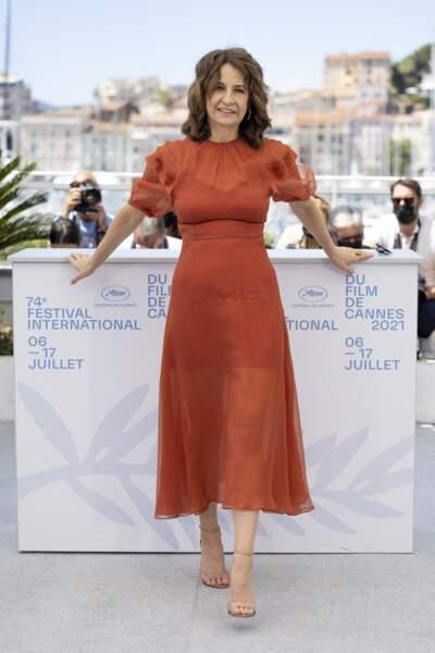Pour le photocall, Valérie Lemercier avait opté pour une robe longue légère de couleur orange et des talons aiguilles.