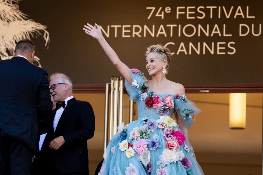 Généreuse, Sharon Stone n'a pas manqué de saluer la foule qui l'attendait aux alentours du Palais des Festivals de Cannes ce 14 juillet 2021
