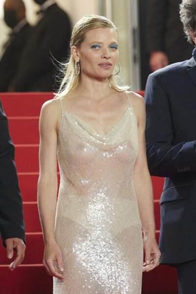 Mélanie Thierry dévoile ses courbes dans une tenue tout en transparence.