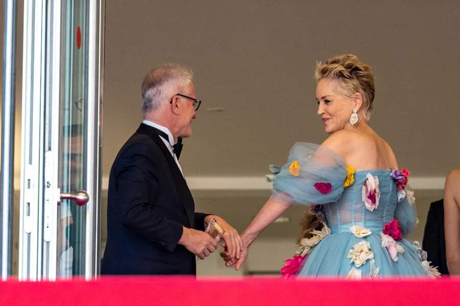 Sharon Stone accueillie par Thierry Frémaux en haut des marches du Palais des Festivals le 14 juillet 2021
