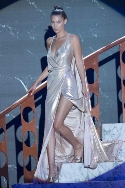 Bella Hadid à l'Amfar en 2017 : en robe longue lamée et fendue