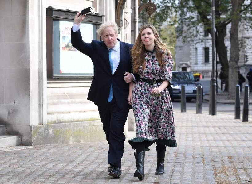 Carrie Symonds aux côtés de son mari le Premier ministre Boris Johnson à la sortie du bureau de vote lors des élections municipales, à Londres, le 6 mai 2021
