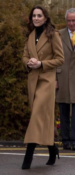 Kate Middleton adopte la tendance du long manteau camel lors de sa visite de la prison pour femmes HM Send, à Woking, le 22 janvier 2020