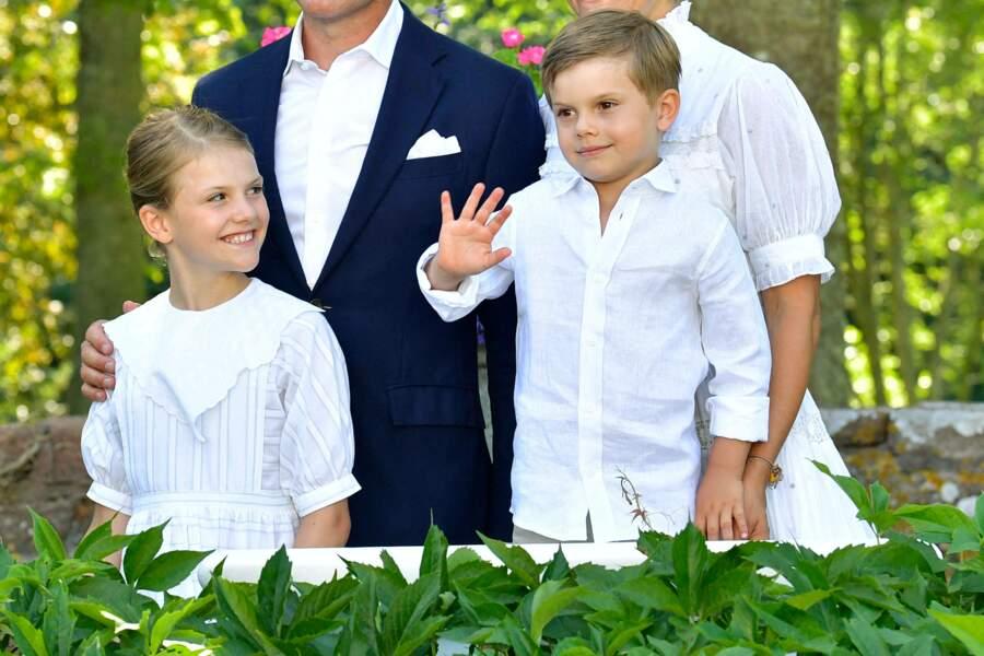 La princesse Estelle et le prince Oscar de Suède ont fait sensation lors des célébrations de la fête de Victoria au palais de Solliden à Oeland, Suède, le 14 juillet 2021.