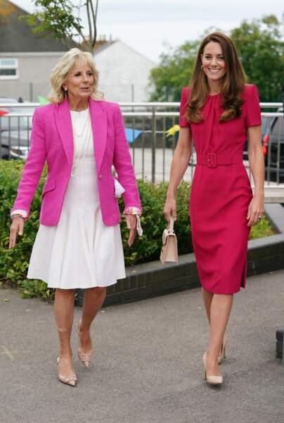 """Kate Middleton, en compagnie de Jill Biden, épouse du président américain Joe Biden, lors d'une visite à la """"Connor Downs Academy à Hayle, en Cornouailles, au Royaume Uni, 11 juin 2021"""