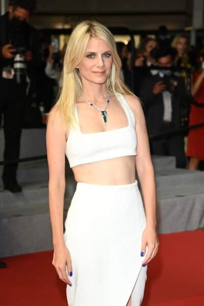 Mélanie Laurent en brassière et jupe longue d'un blanc immaculé Balmain.