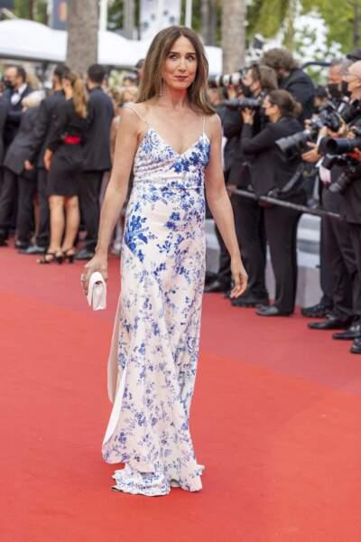 Elsa Zylberstein a fait sensation en foulant le tapis rouge, vêtue d'une robe légère fleurie à fines bretelles.