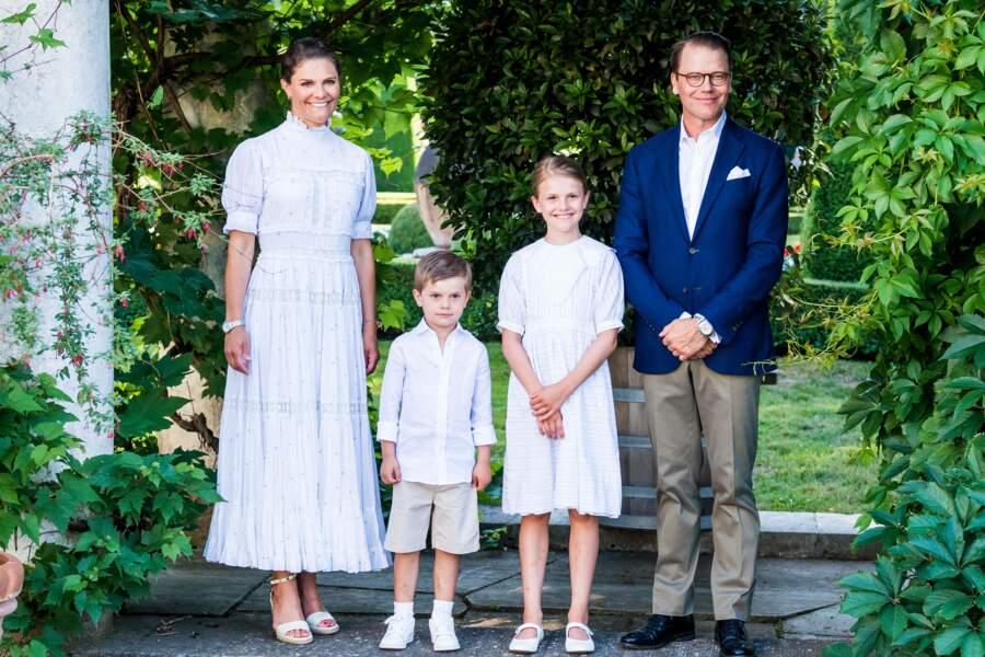 La princesse Victoria, le prince Daniel, la princesse Estelle et le prince Oscar de Suède lors des célébrations de la fête de Victoria au palais de Solliden à Oeland, Suède, le 14 juillet 2021.