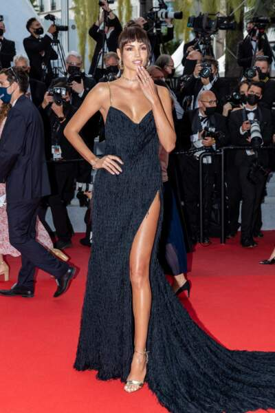 La mannequin brésilienne Sofia Resing a enflammé la Croisette en longue robe noire ouverte.