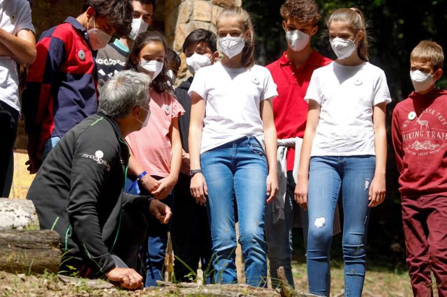 L'infante Sofia d'Espagne aux côtés de sa soeur, la princesse Leonor pendant la visite de Hayedo de Montejo ce 14 juillet