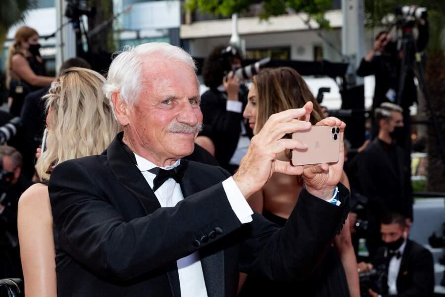 Yann Arthus-Bertrand a immortalisé sa montée des marches de la 74ème édition du Festival de Cannes avec son smartphone.