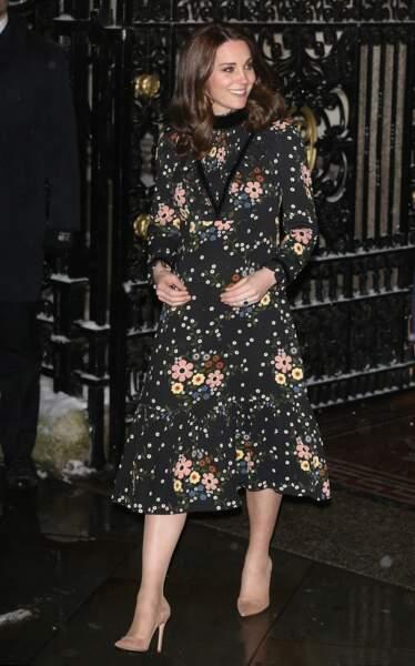 Kate Middleton dans une robe midi noire à l'imprimé bucolique arrive à la National Portrait Gallery, à Londres, le 28 février 2018
