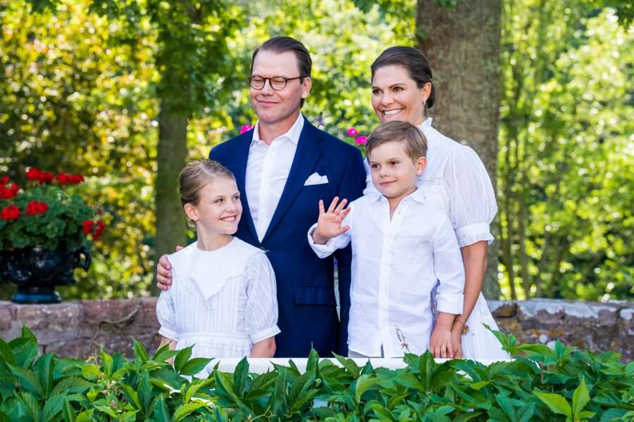 Un beau portrait de famille pour la princesse Victoria de Suède pour ses 44 ans : avec son époux le prince Daniel, ainsi que leurs enfants, la princesse Estelle et le prince Oscar de Suède au palais de Solliden à Oeland, Suède, le 14 juillet 2021.