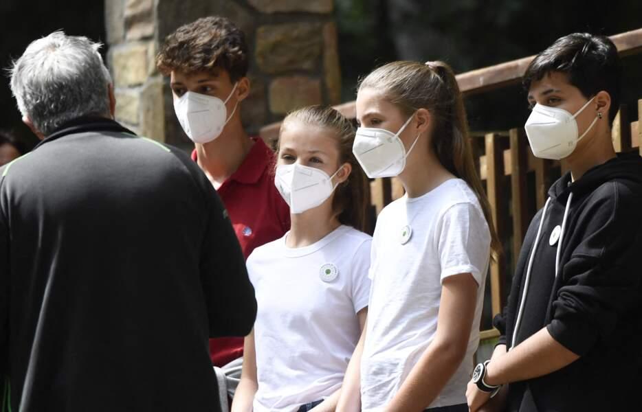 La princesse Leonor et l'infante Sofia d'Espagne très concentrées lors de leur visite à Hayedo de Montejo ce 14 juillet