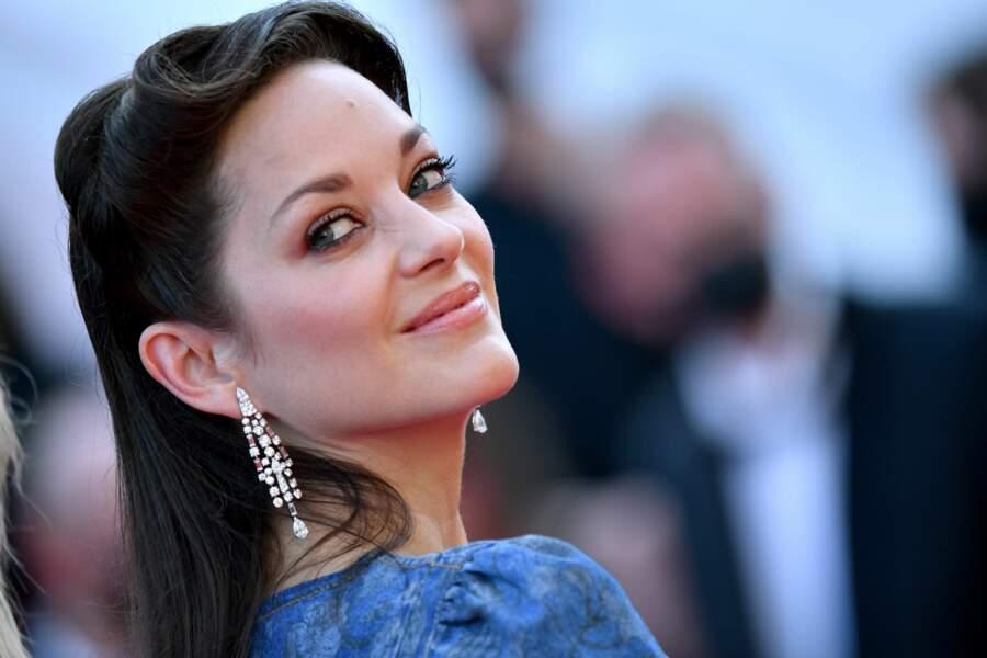 Cannes 2021 : Marion Cotillard audacieuse a misé sur une robe en denim, ainsi qu'une bague et des boucles d'oreilles composées de diamants naturels, le tout signé Chanel