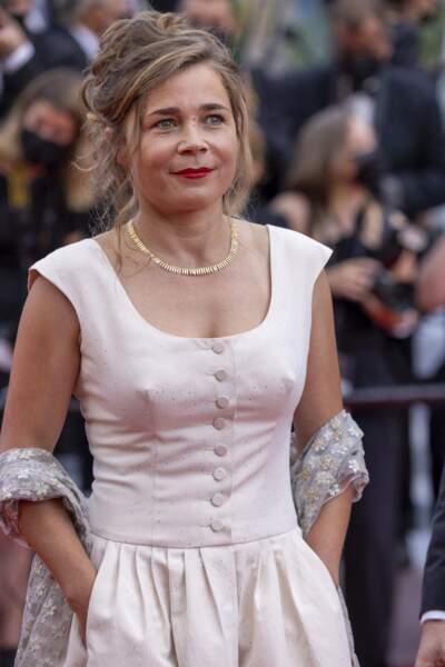 Blanche Gardin avait opté pour une élégante robe blanche portée avec des talons dorés.