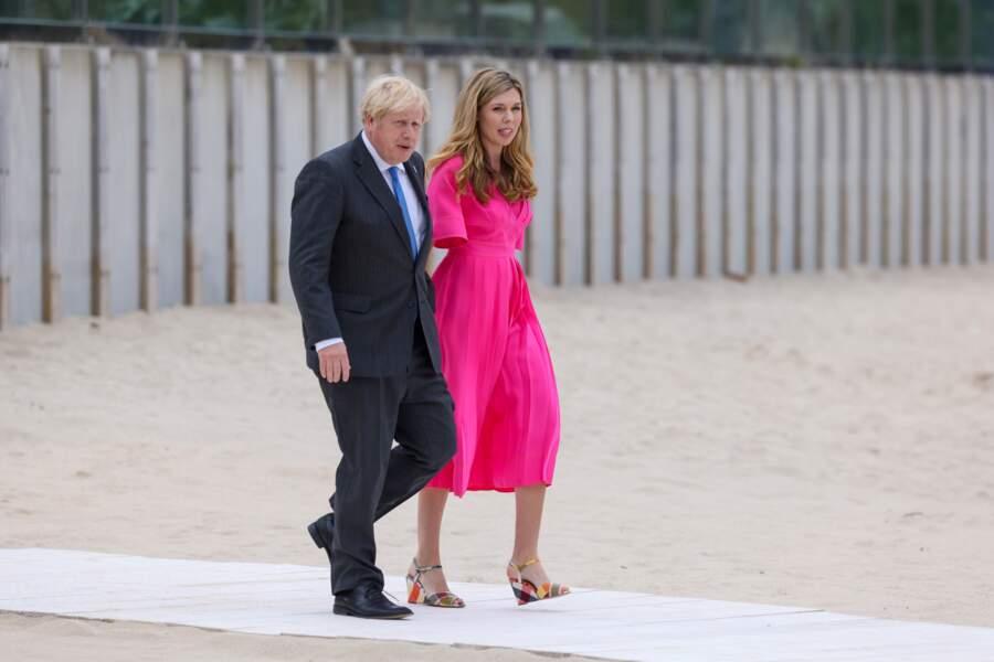 Carrie Symonds arrive au bras de son mari Boris Johnson au sommet du G7, à Carbis Bay, le 11 juin 2021