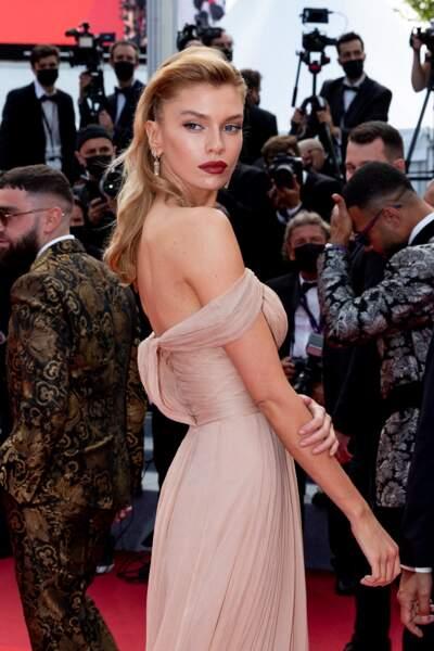 La mannequin britannique Stella Maxwell a également fait fureur sur les marches du Festival de Cannes.
