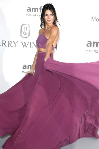 Kendall Jenner à l'Amfar en 2015 : la rop ravissante en jupe longue plissée et brassière.