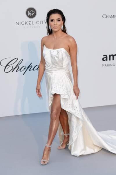 Eva Longoria à l'Amfar en 2019 : ravissante en robe bustier courte avec une traine