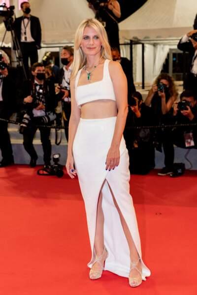 Mélanie Laurent en brassière crop top et jupe longue fendue Balmain à Cannes, le 14 juillet 2021.
