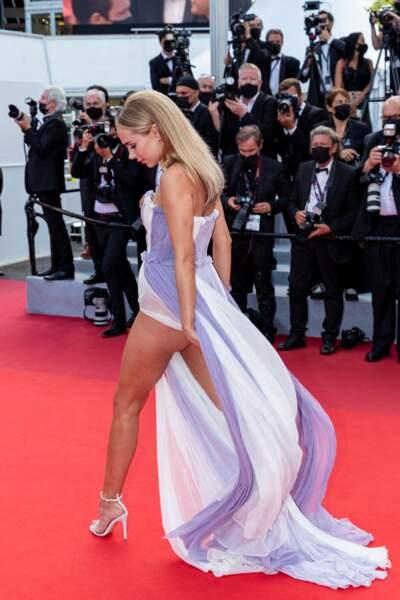 Kimberley Garner, sublime sur le tapis rouge de Cannes pour le film « France » de Bruno Dumont présenté au Festival de Cannes.