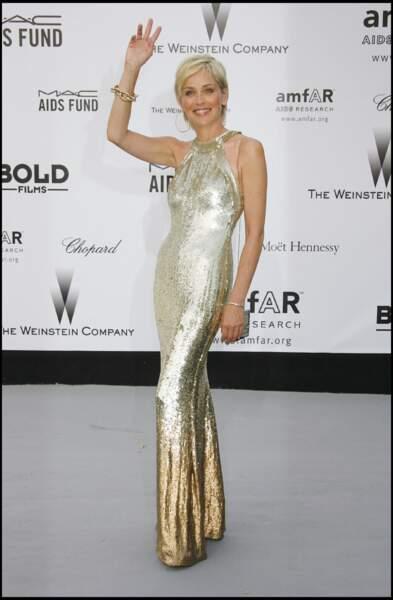 Sharon Stone à l'Amfar en 2007 : juste sublime en robe lamée et argentée