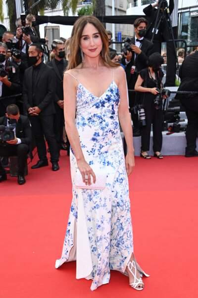 Elsa Zylberstein ravissante dans une sublime robe fleurie pour sa montée des marches à Cannes ce 15 juillet 2021.