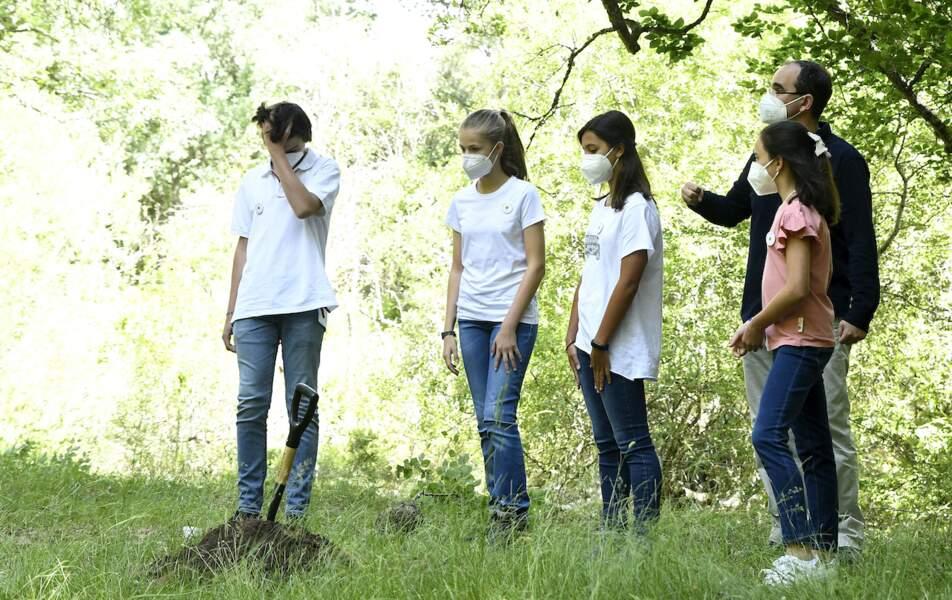 Les adolescents présents ont planté des arbres avec la princesse Leonor et l'infante Sofia d'Espagne ce 14 juillet