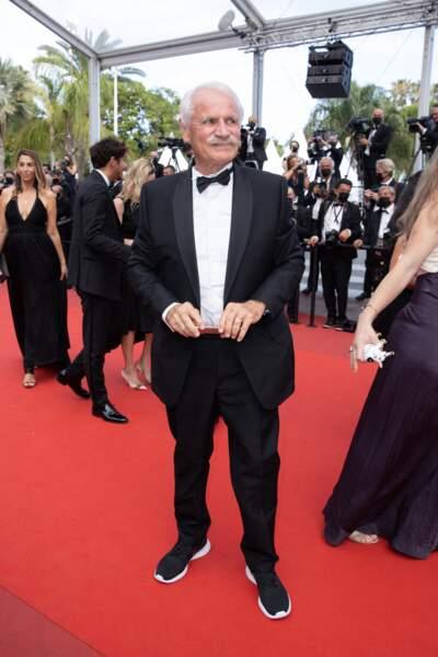 Si Yann Arthus-Bertrand avait opté pour un costume pour sa montée des marches du Festival de Cannes, il avait chaussé des baskets pour parfaire sa tenue !