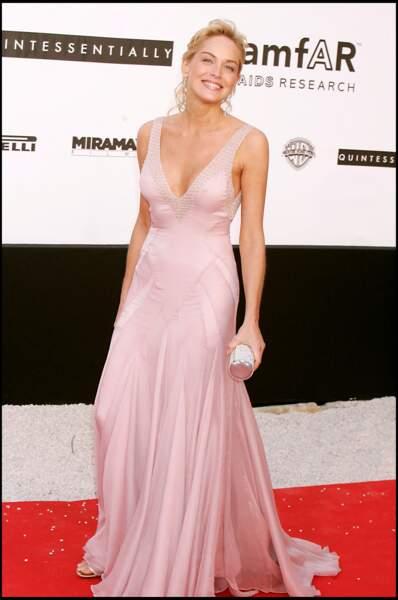 Sharon Stone à l'Amfar en 2005 : belle en robe longue moulante