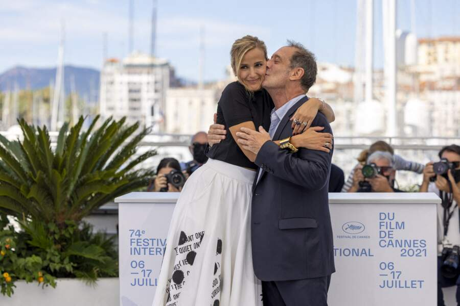 Vincent Lindon et la réalisatrice Julia Ducournau au photocall du film Titane le 14 juillet 2021.